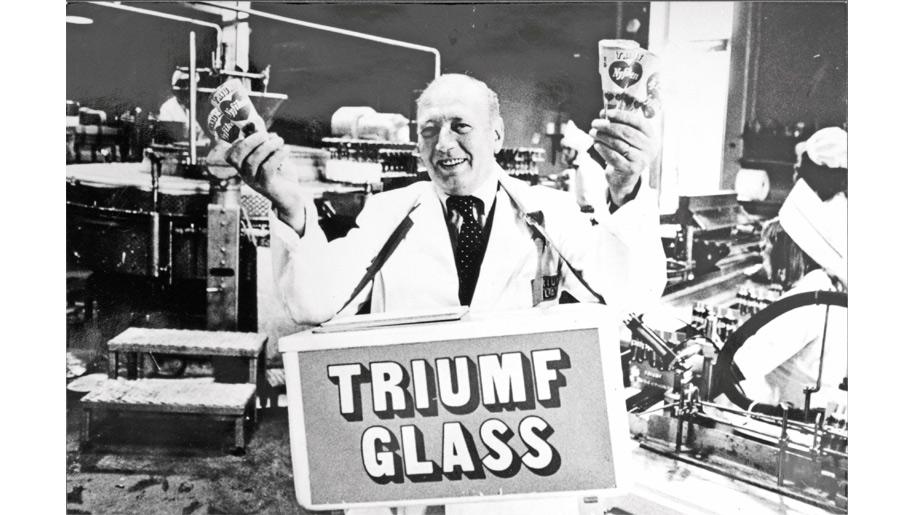 Arne Müntzing med en glasslåda
